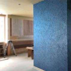 画像:壁の一面を青色に