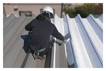 写真:工場の屋根を塗装している様子