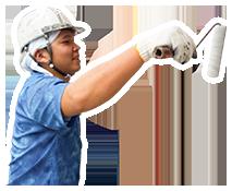 写真:塗装をしている男性スタッフ