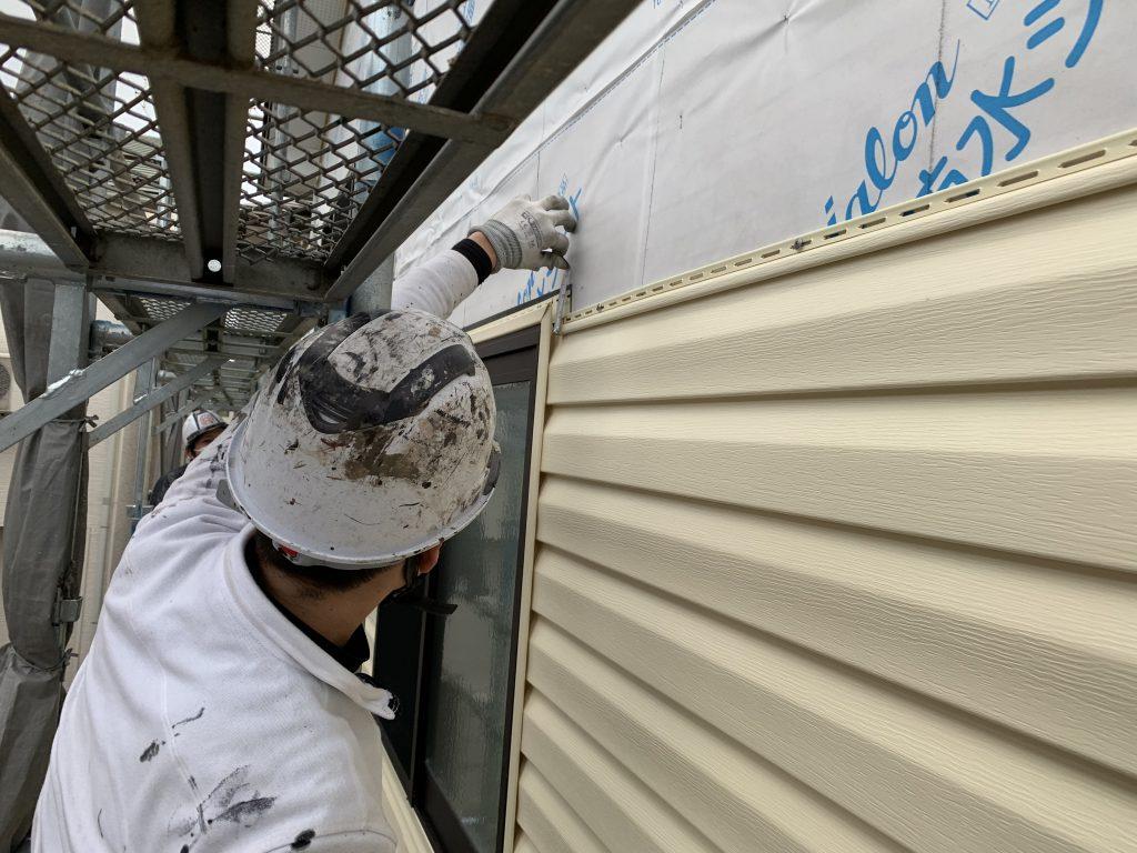 樹脂サイディングで外壁をカバーリングしている施工途中