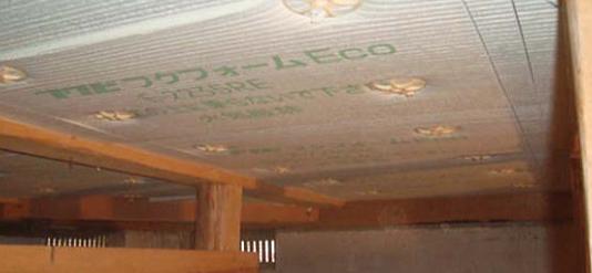 写真:床下断熱の施工写真