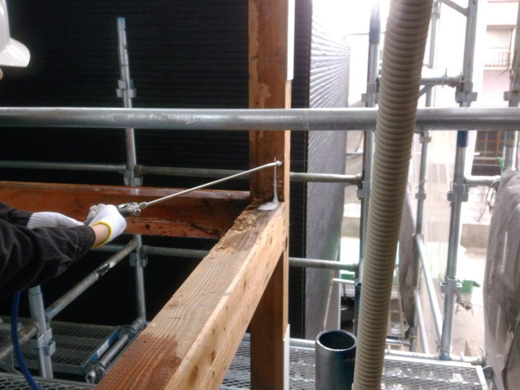 木材へホウ酸を注入している写真