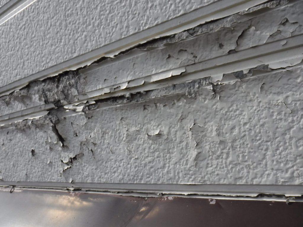 凍害でボロボロに崩れた窯業サイディングの外壁
