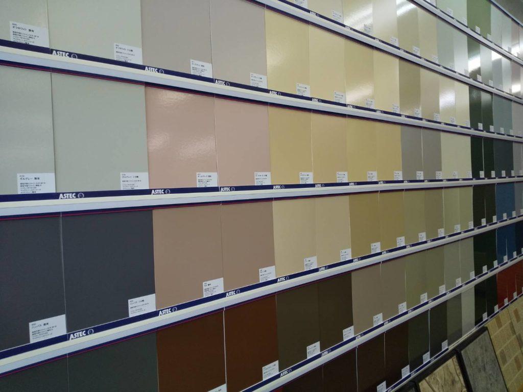 写真:色見本100色以上を展示 A4サイズ塗り板