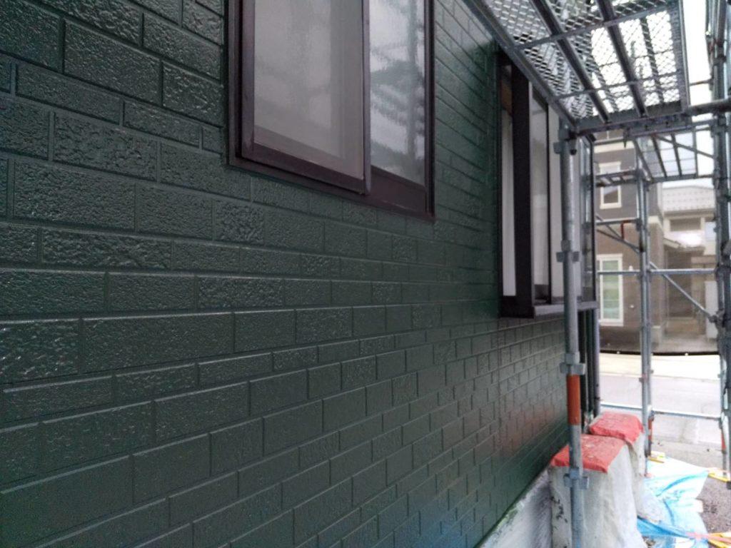 写真:緑色に塗装した外壁