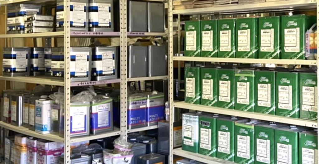 写真:満天倉庫に塗料がきれいに並んでいる