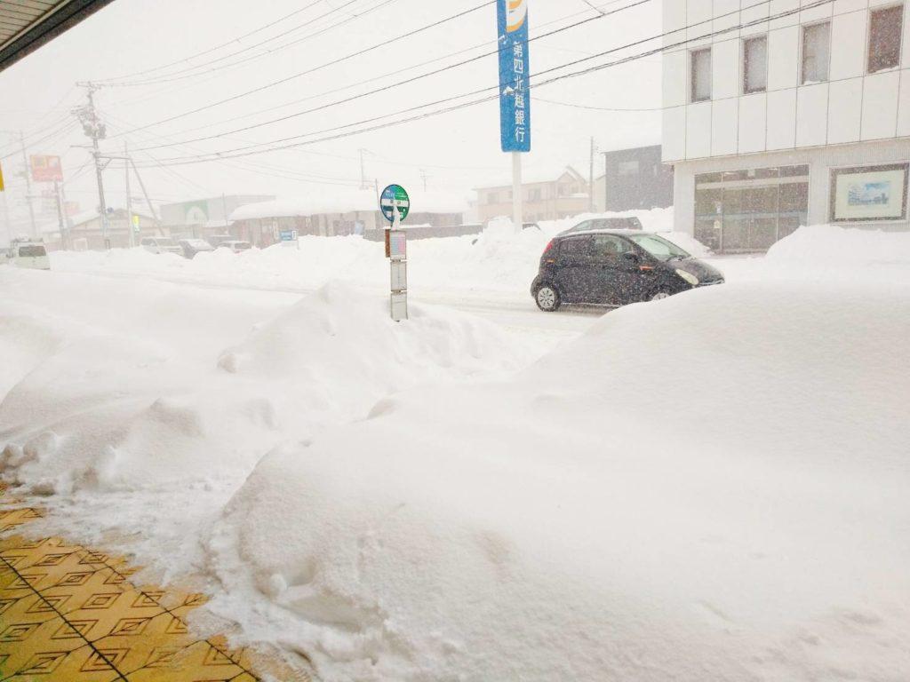 雪が積もっている歩道の写真