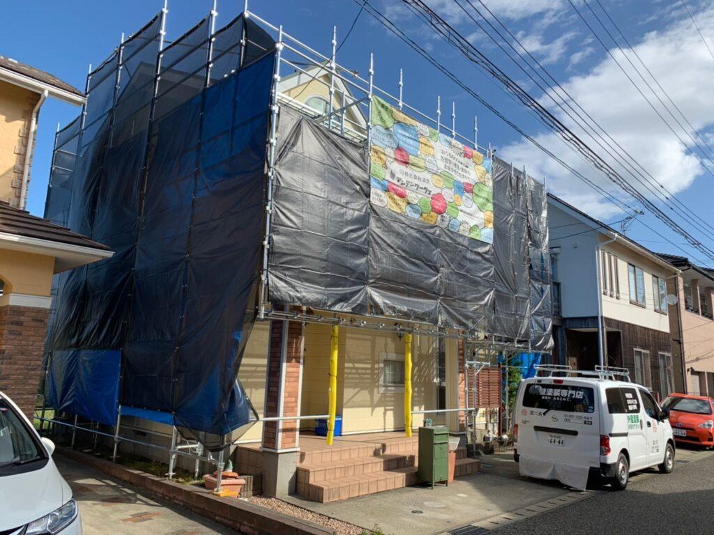 写真:戸建て住宅に足場が組まれている