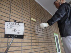 写真:外壁塗装下塗り