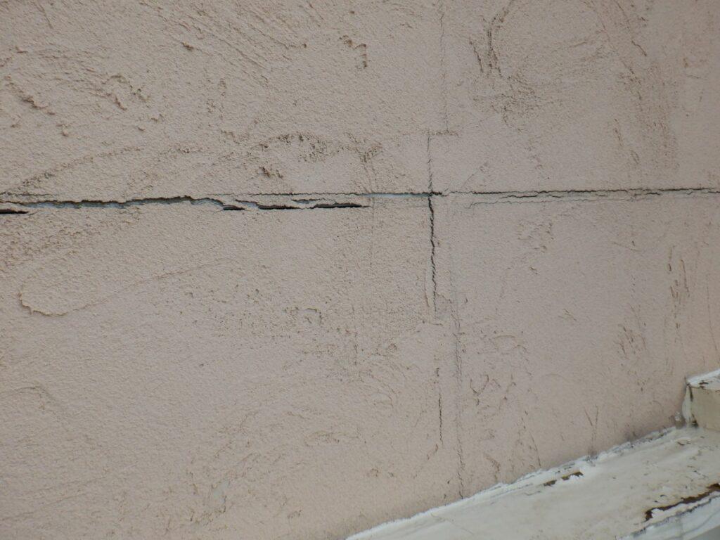 写真:外壁のひび割れ