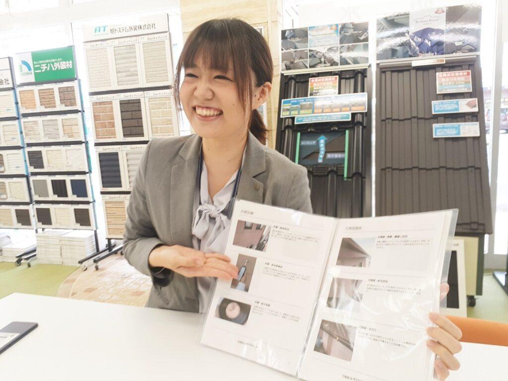 写真:書類を指さしながら笑顔で提案を行っている