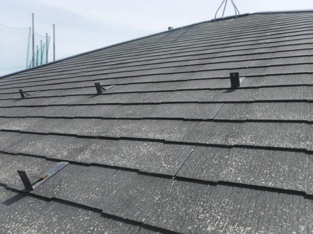 写真:コロニアル屋根の塗膜剥離